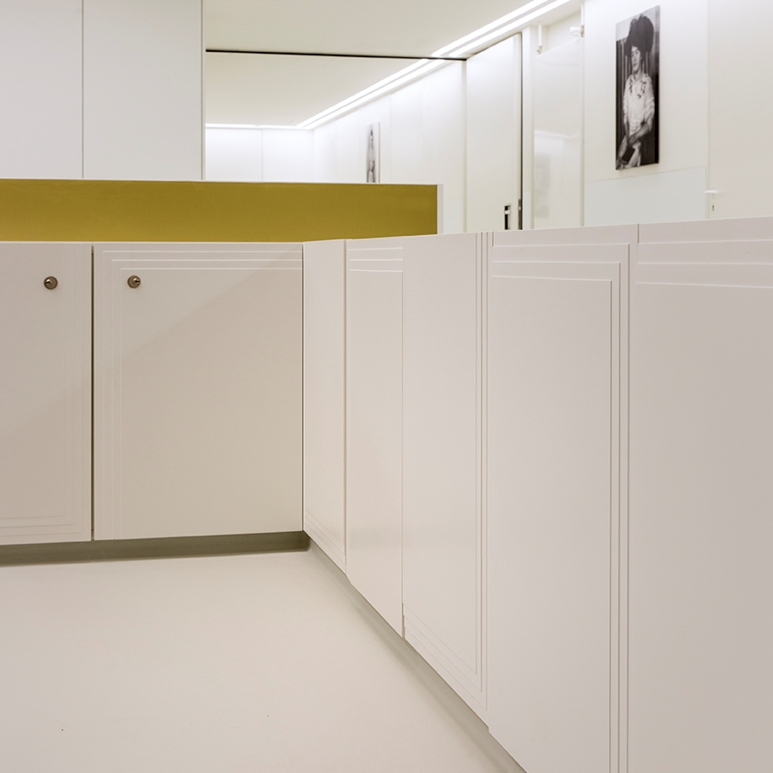 Soft transitions provide a deep effect at the reception desk