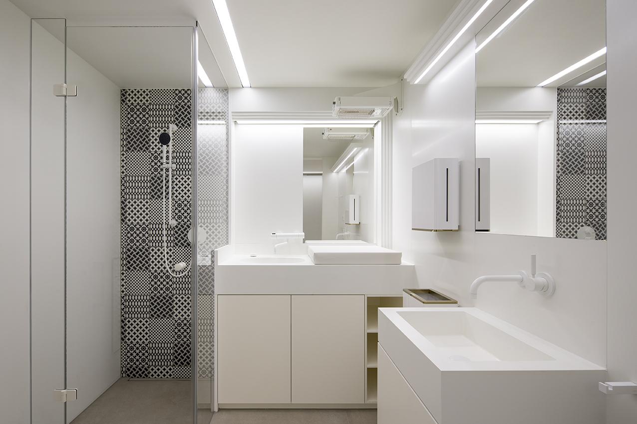 Eine fugenlose Gestaltung von Waschplatz und Wickelanlage